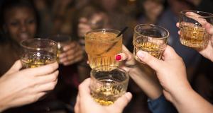 """Zašto ženama alkohol brže """"udara"""" u glavu?"""
